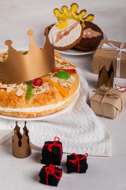 Wesołego Trzech Króli Smaczny Układ Ciasta I Prezentów Darmowe Zdjęcia