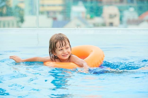 Wesoły Chłopak Pływanie W Basenie Darmowe Zdjęcia