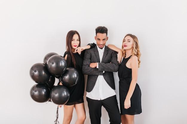 Wesoły Przyjaciele Z Czarnymi Balonami Podczas Domowej Imprezy Darmowe Zdjęcia