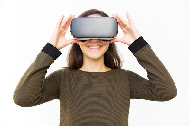Wesoły Szczęśliwy Gracz W Dotykając Urządzenia Vr Słuchawki Darmowe Zdjęcia