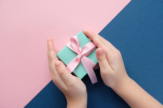 Wesołych świąt I Szczęśliwego Nowego Roku. Różowe I Niebieskie Tło Premium Zdjęcia