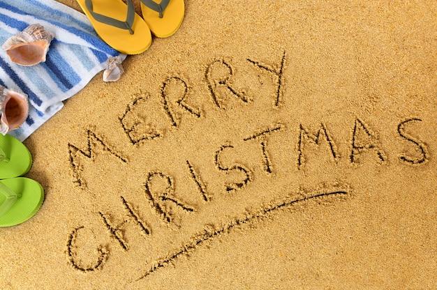 Wesołych świąt Napisane Na Piasku Plaży Premium Zdjęcia