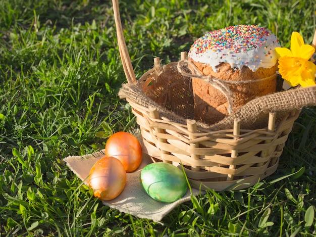 Wesołych świąt Wielkanocnych. Gratulacyjny Wielkanoc. Wielkanocny Tort Z Easter Jajkami Na Drewnianym Parapecie. Koncepcja Wakacje Premium Zdjęcia