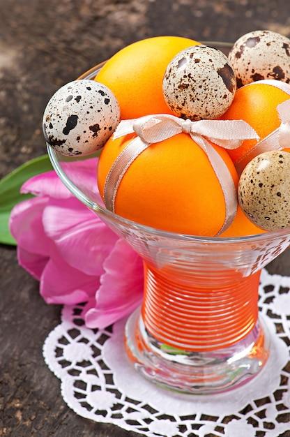 Wesołych świąt Wielkanocnych. Kwiaty I Kolorowe Jajka Darmowe Zdjęcia