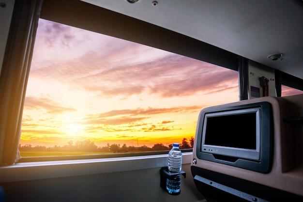 Wewnątrz Autobusu, Który Ma Ekran Lcd Pusty Tylne Siedzenie Dla Rozrywki Premium Zdjęcia