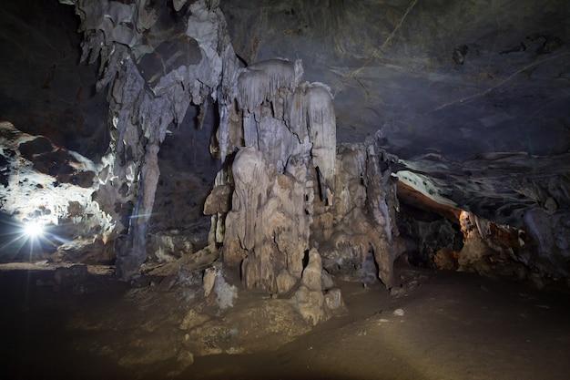 Wewnątrz Jaskini W Naturze Nikt Ze Stalagmitami I Stalaktytami W Tajlandii. Premium Zdjęcia