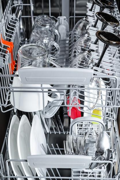 Wewnątrz zmywarki wyczyść naczynia Premium Zdjęcia