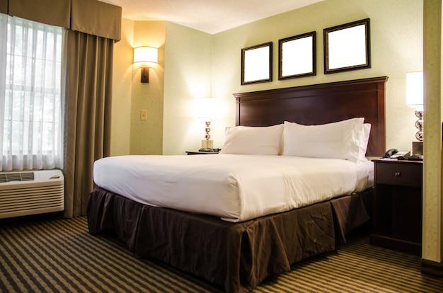 Wewnętrzna Hotelowa Sypialnia Z Białym łóżkiem Premium Zdjęcia
