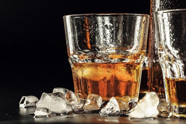 Whisky i lód na rustykalnym drewnie Premium Zdjęcia