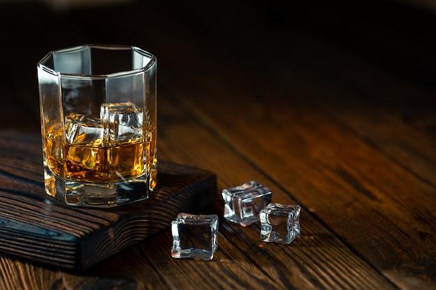Whisky W Szkle Z Lodem Premium Zdjęcia
