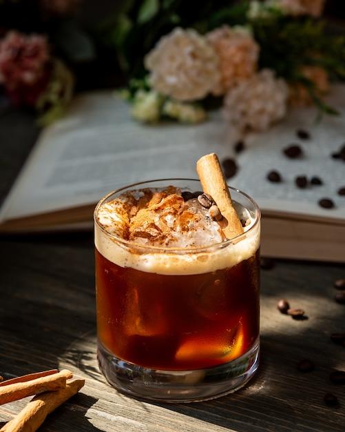 Whisky z cynamonem na stole Darmowe Zdjęcia