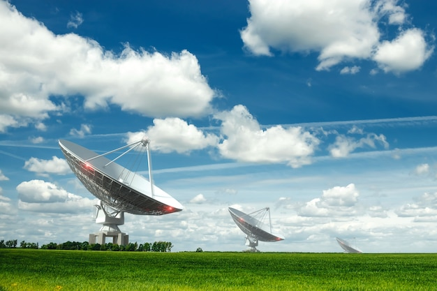 White Radio Telescope, Duża Antena Satelitarna Na ścianie Niebieskiego Nieba, Radar. Koncepcja Technologii, Poszukiwanie życia Pozaziemskiego, Podsłuch Przestrzeni. Mieszane średnie, Kopia Przestrzeń. Premium Zdjęcia