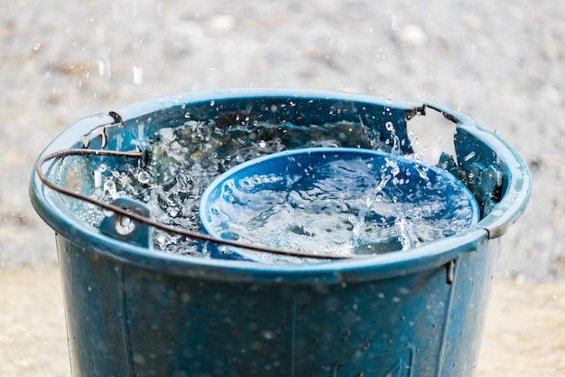 Wiaderko Na Wodę W Wiadrze Niebieski Stary Deszcz Premium Zdjęcia