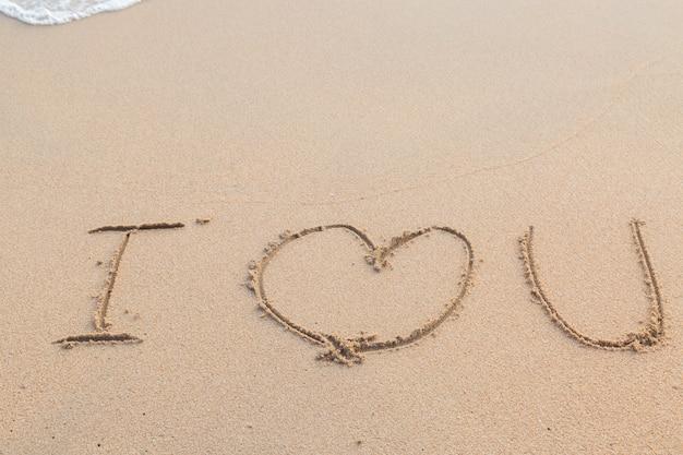 Wiadomość, Kocham Cię Na Tle Piaszczystej Plaży Premium Zdjęcia