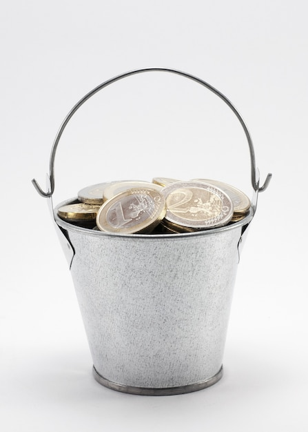 Wiadro Z Monetami Na Białym Tle Biały Ze ścieżką Przycinającą Premium Zdjęcia