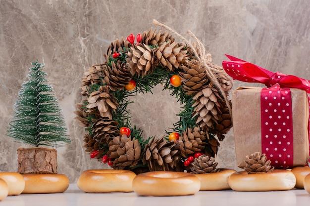 Wianek Bożonarodzeniowy Z Szyszek Z Ciasteczkami I Małym Pudełeczkiem. Wysokiej Jakości Zdjęcie Darmowe Zdjęcia