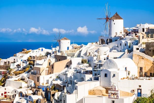 Wiatrak W Miejscowości Oia Na Wyspie Santorini, Grecja Premium Zdjęcia