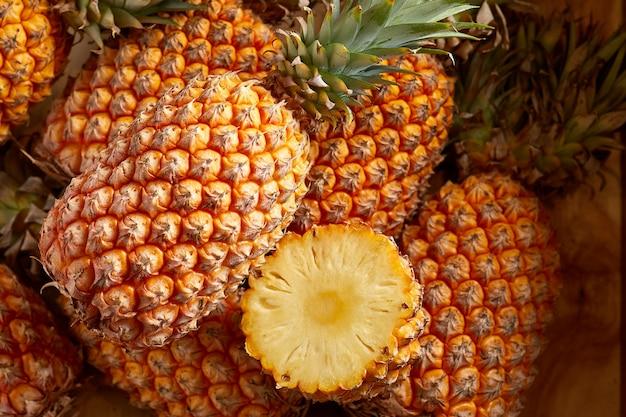 Wiązka świeżych Ananasów Na Rynku żywności Ekologicznej Premium Zdjęcia