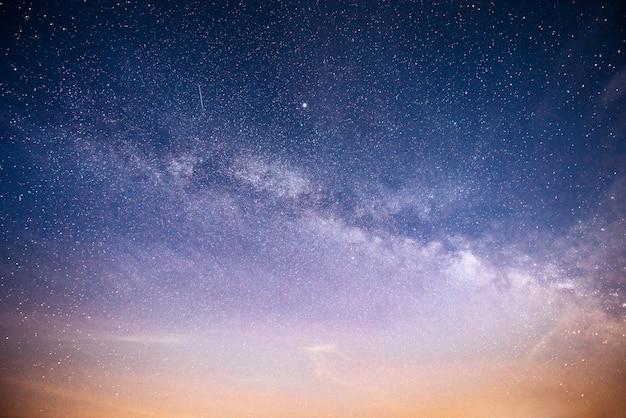 Wibrujące Nocne Niebo Z Gwiazdami, Mgławicą I Galaktyką. Darmowe Zdjęcia