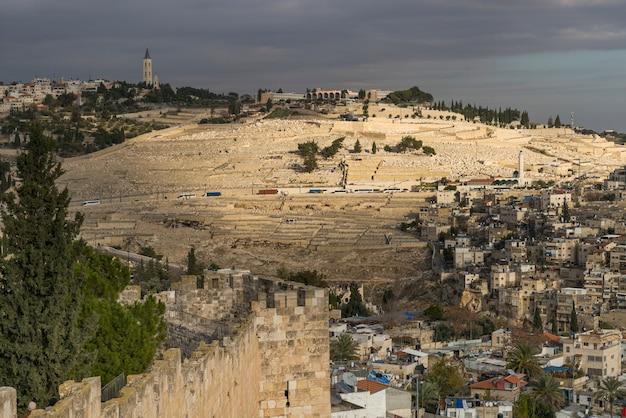 Widok Araba Rynek W Starym Jerozolimskim Mieście Z Cmentarzem W Tle, Jerozolima, Izrael Premium Zdjęcia