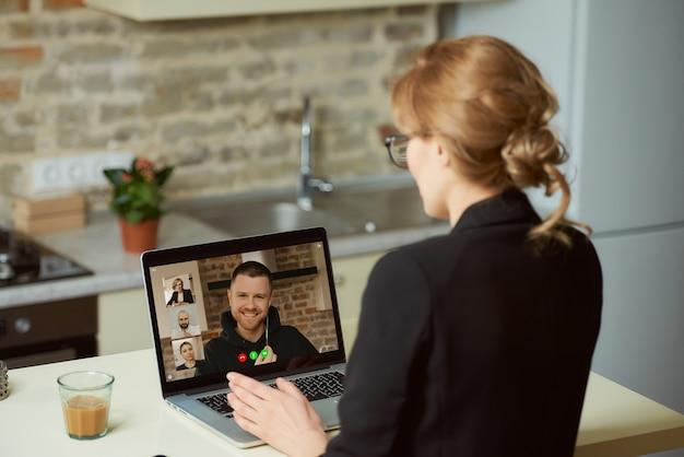 Widok Bizneswomanu, Który Rozmawia Z Kolegami Z Tyłu Premium Zdjęcia