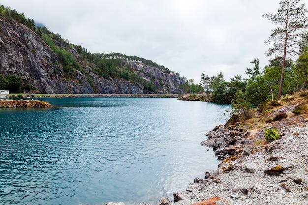 Widok błękitny jezioro z górą Darmowe Zdjęcia