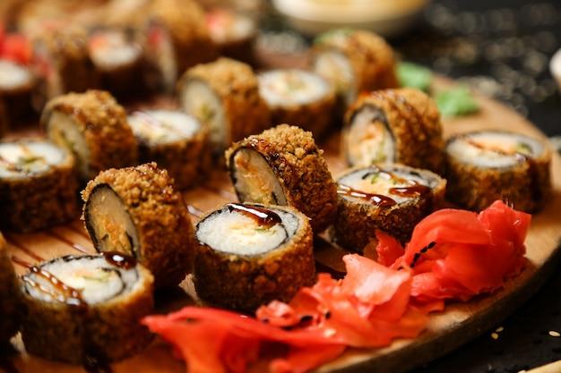 Widok Boczny Smażone Roladki Sushi Z Wasabi I Imbirem Na Stojaku Darmowe Zdjęcia