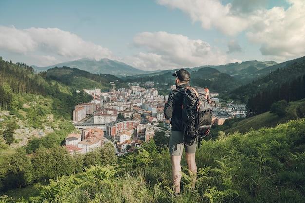 Widok Człowieka Z Widokiem Na Dolinę Z Tyłu Premium Zdjęcia