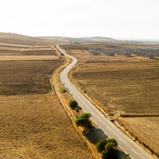 Widok długiej drogi i równiny wzięte przez drona Darmowe Zdjęcia