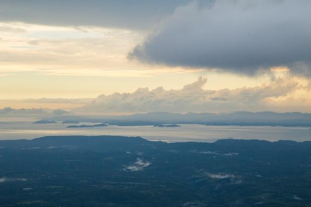 Widok dramatyczny niebo nad morzem w costa rica Darmowe Zdjęcia