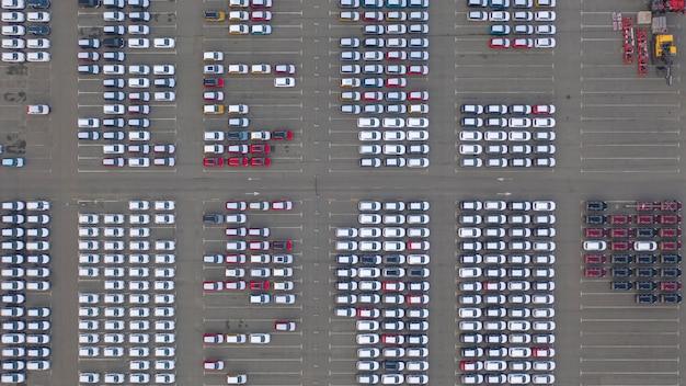 Widok Drona, Nowy Parking, W Pobliżu Centrum Logistycznego Dealera Samochodowego. Parking Zaktualizowanego Składu Samochodów W Pobliżu Sklepu Samochodowego. Premium Zdjęcia