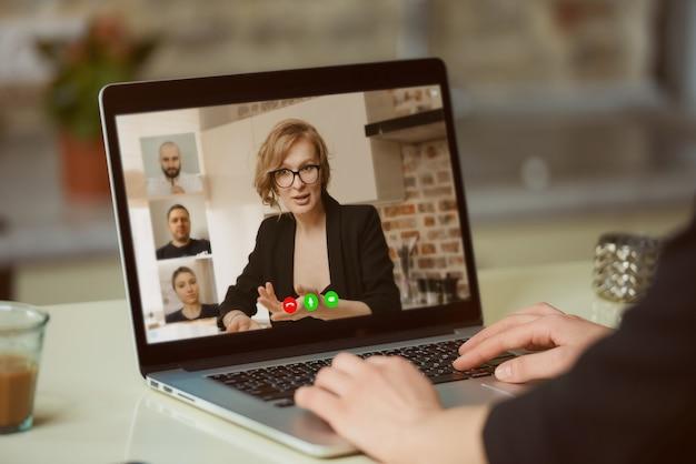 Widok Ekranu Laptopa Na Ramię Kobiety. Premium Zdjęcia