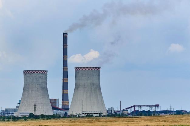 Widok elektrowni cieplnej na polu. Premium Zdjęcia