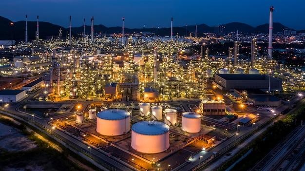 Widok Fabryki Fabryki Rafinerii Ropy Naftowej O Zmierzchu. Premium Zdjęcia