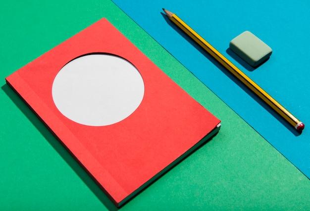 Widok karteczek samoprzylepnych i narzędzi szkolnych Darmowe Zdjęcia
