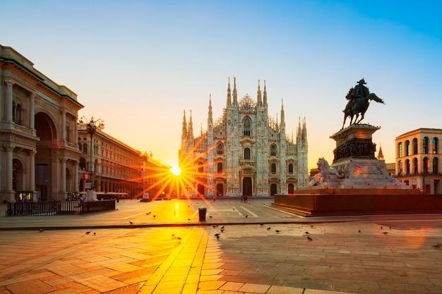 Widok Katedry O Wschodzie Słońca, Mediolan, Włochy. Premium Zdjęcia