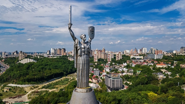 Widok Kijów Z Ojczyzny Pomnik Statua Na Wzgórzach Premium Zdjęcia