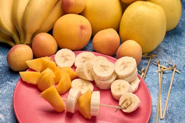 Widok kilka dojrzałe żółte i pomarańczowe owoc Premium Zdjęcia