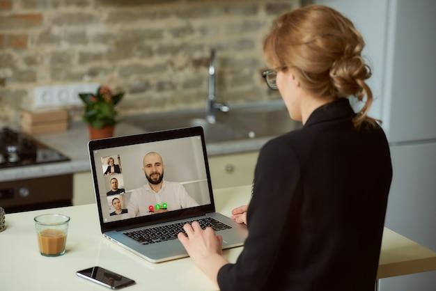 Widok Kobiety Rozmawiającej Z Kolegami Z Tyłu Premium Zdjęcia