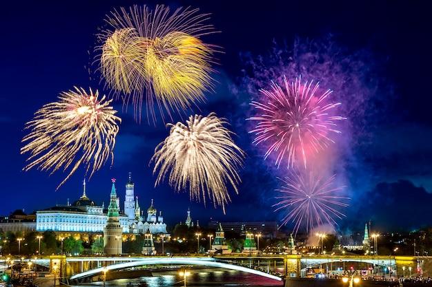 Widok Kremlin Z Fajerwerkami Podczas Błękitnej Godziny W Moskwa, Rosja. Premium Zdjęcia