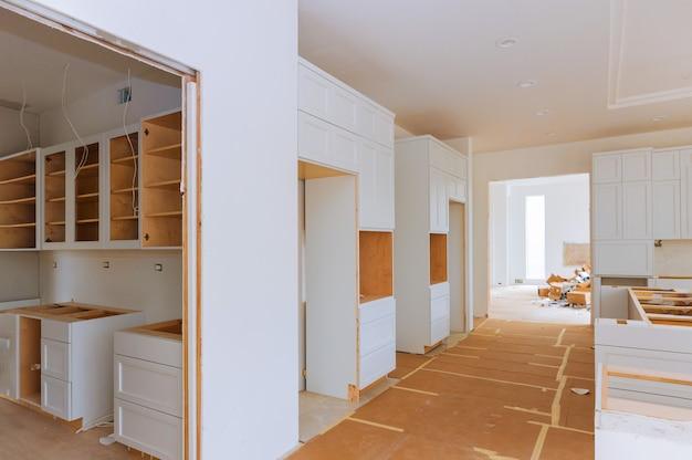 Widok kuchni poprawy domu zainstalowany w nowej szafce kuchennej Premium Zdjęcia