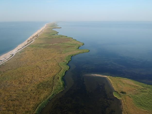 Widok Latem Z Lotu Ptaka Pustej Plaży Morza Azowskiego, Ukraina Premium Zdjęcia