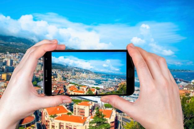 Widok Luksusowych Jachtów I Apartamentów W Monako. Turysta Robi Zdjęcie Premium Zdjęcia