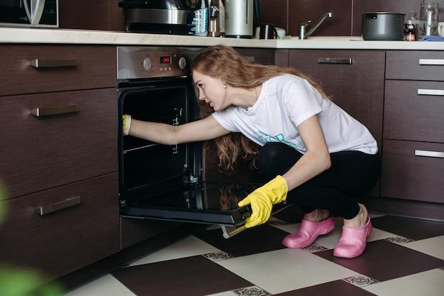 Widok młoda kobieta w żółtych ochronnych rękawiczkach Premium Zdjęcia