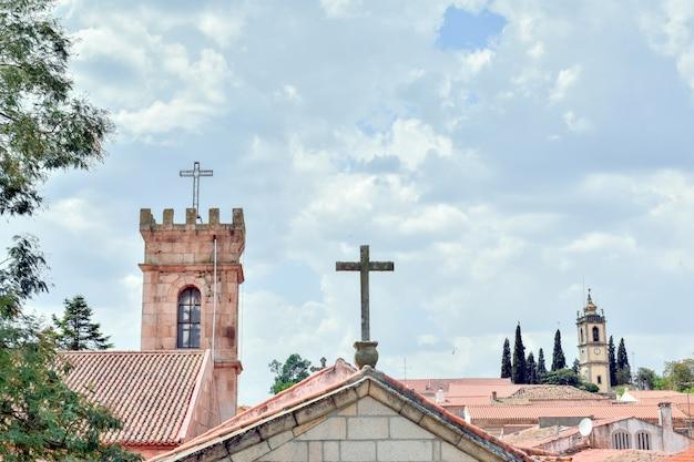 Widok Na Almeida, Portugalska Wioska. Wieże I Krzyże Na Panoramie Miasta. Premium Zdjęcia
