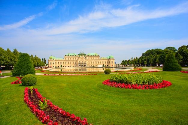 Widok na belvedere, zabytkowy kompleks budynków w wiedniu, austria Premium Zdjęcia
