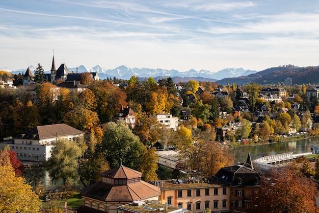 Widok Na Berno, Muzeum Historii Berna I Rzekę Aare Jesienią Premium Zdjęcia