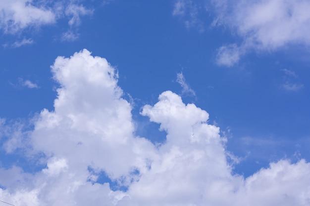 Widok Na Błękitne Niebo I Chmurę; Tło Natury Darmowe Zdjęcia