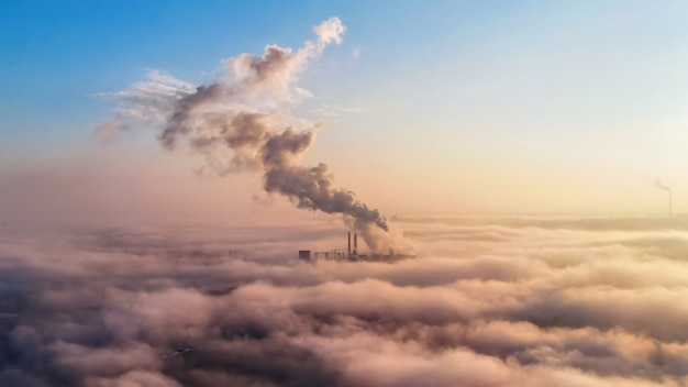Widok Na Ciepłownię W Oddali Ponad Chmurami, Słupy Dymu, Idea Ekologii Darmowe Zdjęcia