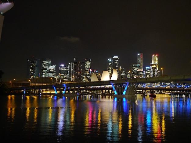 Widok Na Drapaczach Chmur W Marina Przy Nocą, Singapur Premium Zdjęcia